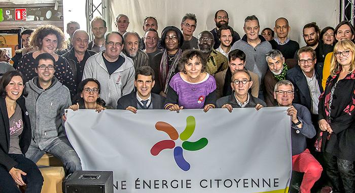 Les sociétaires de Plaine Énergie Citoyenne rassemblés autour de Marie-Monique Robin, marraine de la coopérative citoyenne
